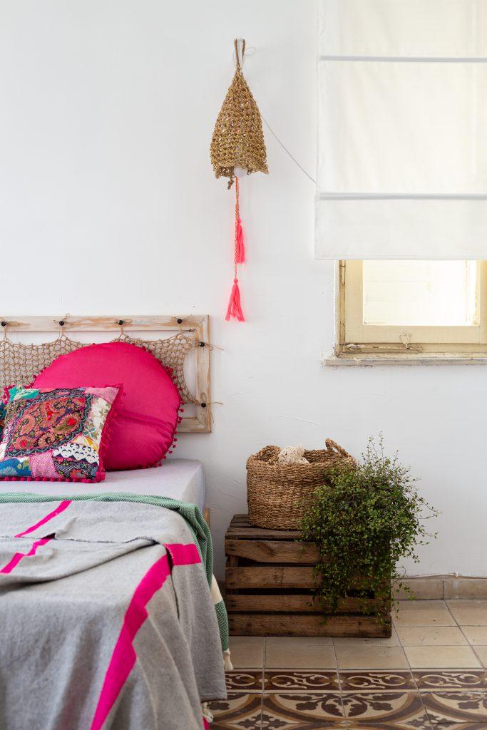 ראש מיטה מעוצב עם מסגרת עץ וחוטים